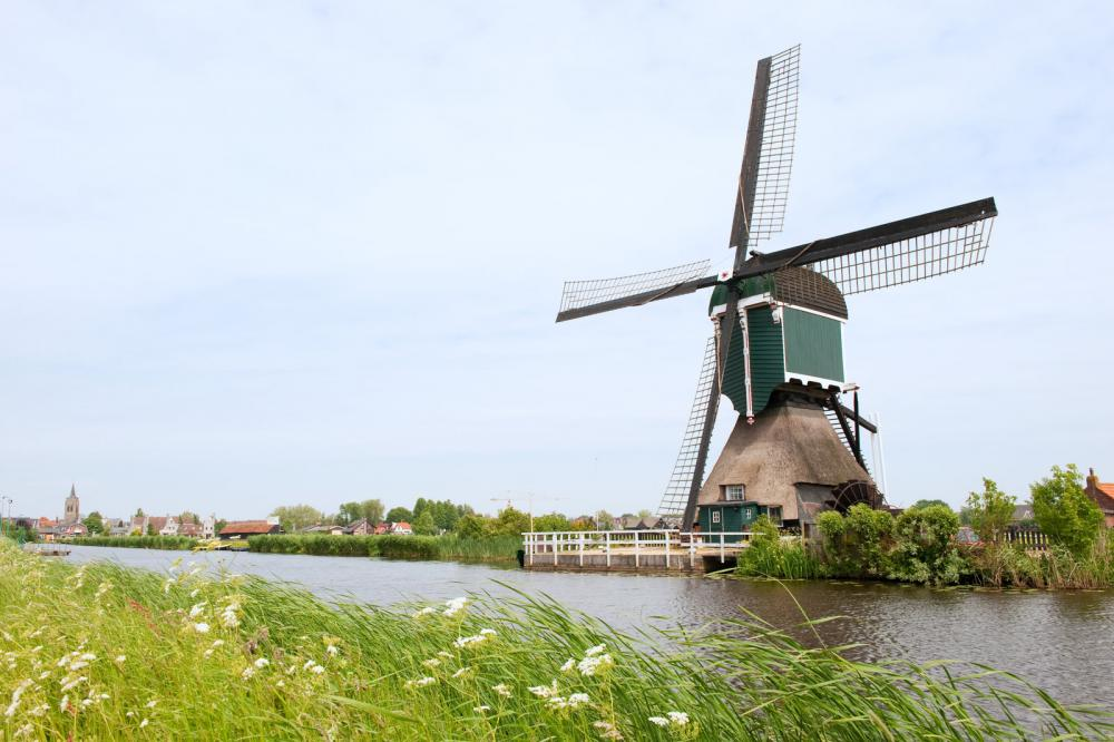Dutch windmill along canal - Gamesforlanguage.com