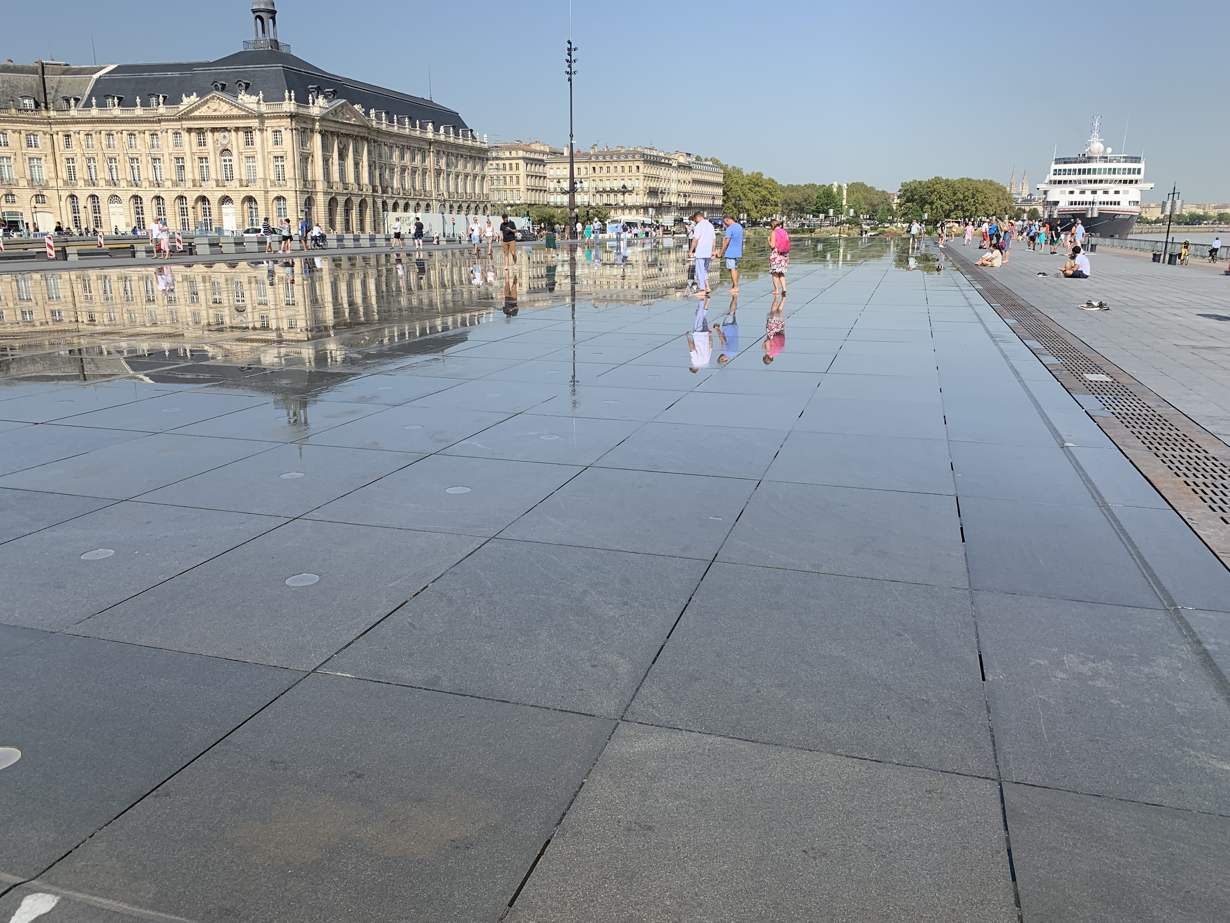 Miroir d'eau in front of Place de la Bourse