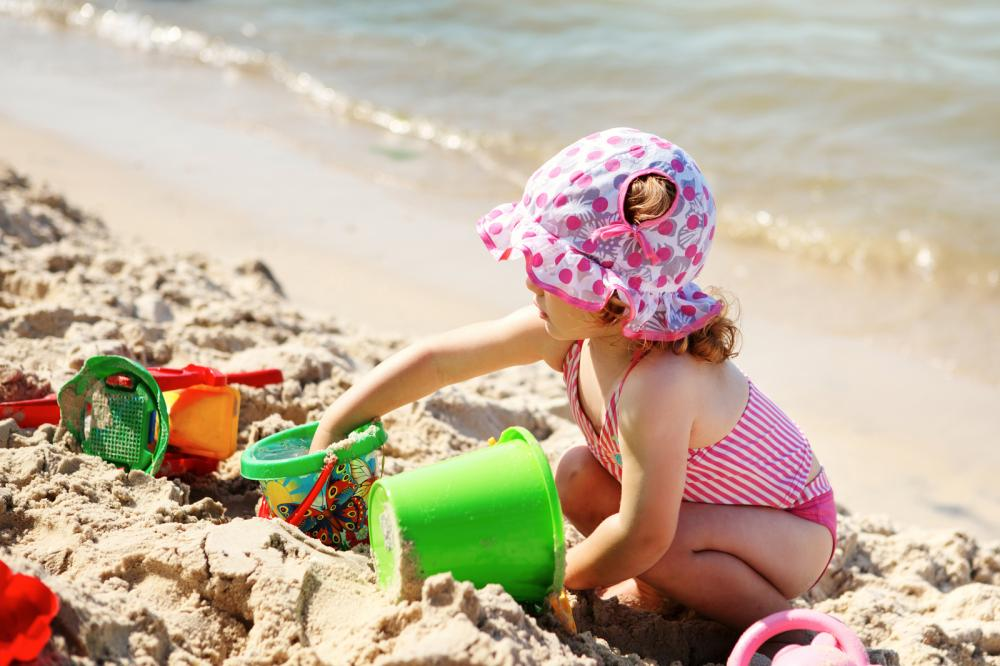 girl playing on the beach - Gamesforlanguage.com