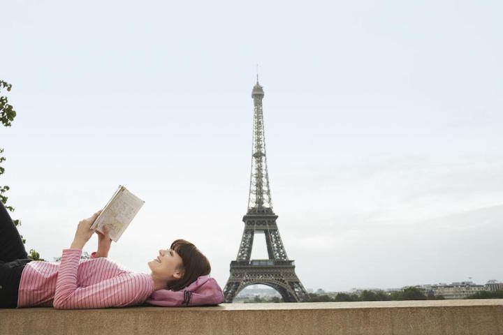 Reading woman in Paris - Gamesforlanguage.com